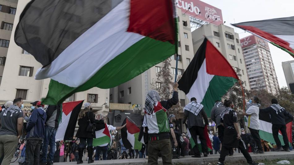Manifestantes llegan a Plaza Italia en apoyo a Palestina y son dispersados por Carabineros