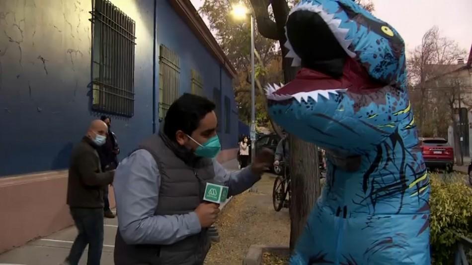 Hombre llegó disfrazado de dinosaurio a votar: Verificaron que su rostro concordara con carnet