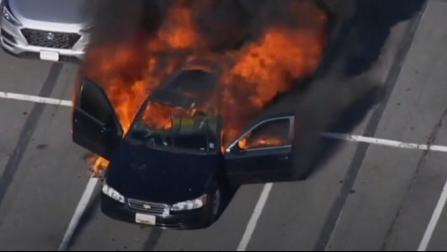 Padre se limpia con alcohol, prende cigarro y se incendia su auto: Hija sufre graves quemaduras