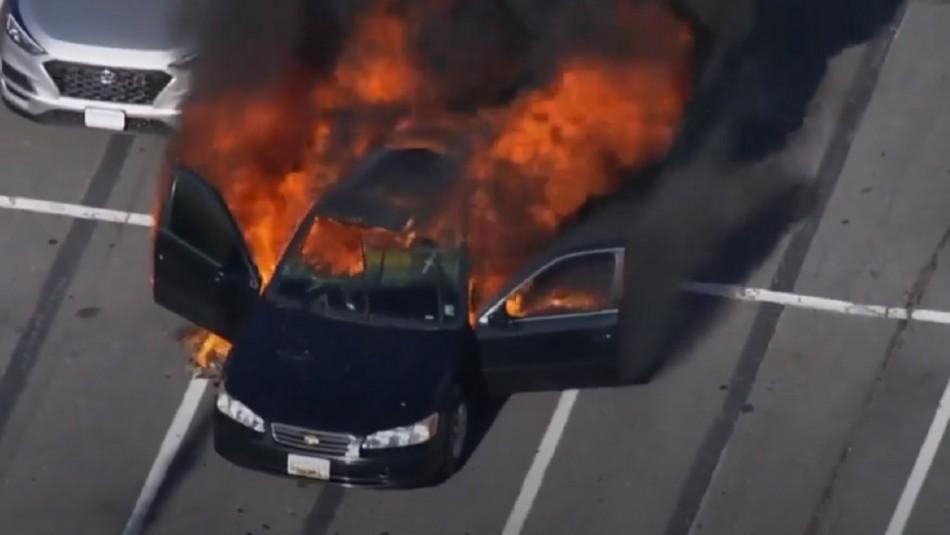 Auto termina completamente incendiado en Shopping.