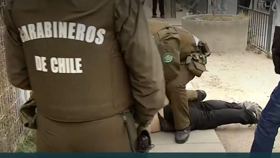 Detienen a sujeto que llegó con cuchillos y gritó contra las elecciones en la comuna de Renca