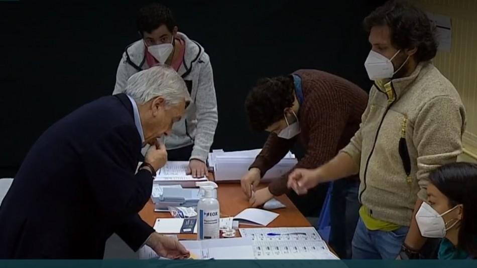 Presidente Piñera se saca la mascarilla y lame estampilla del voto pese a que tiene pegamento