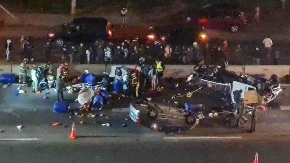 Conductor ebrio provoca colisión con volcamiento de vehículos en la autopista Vespucio Norte