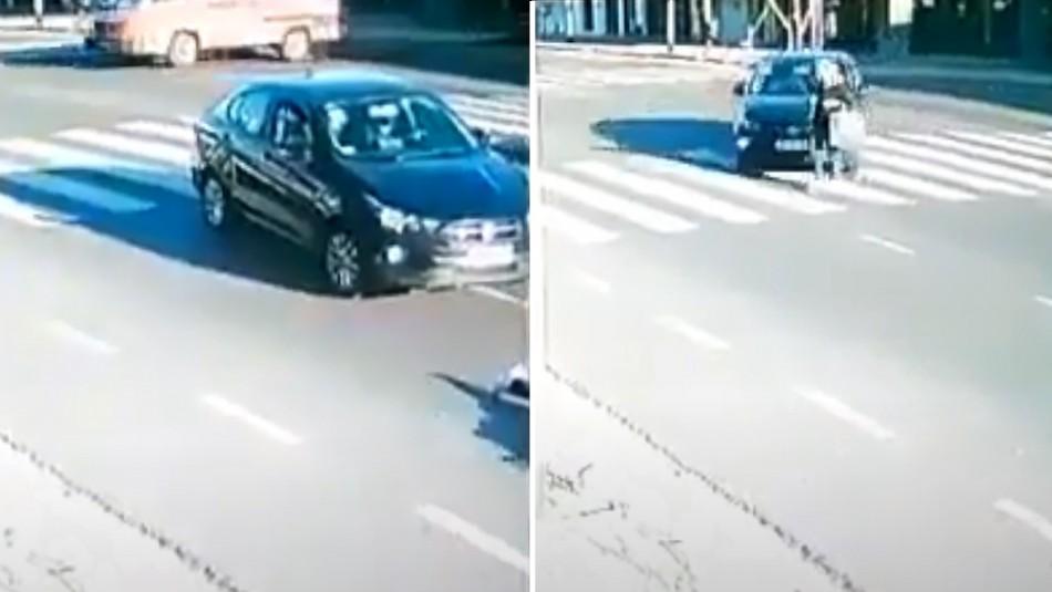 Atropella a una mujer, intenta ocultar su identidad de las cámaras de seguridad y escapa