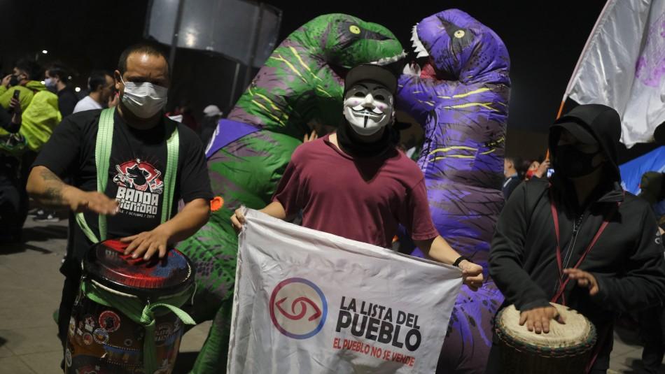 Plaza Italia: grupo de manifestantes celebra tras históricas elecciones