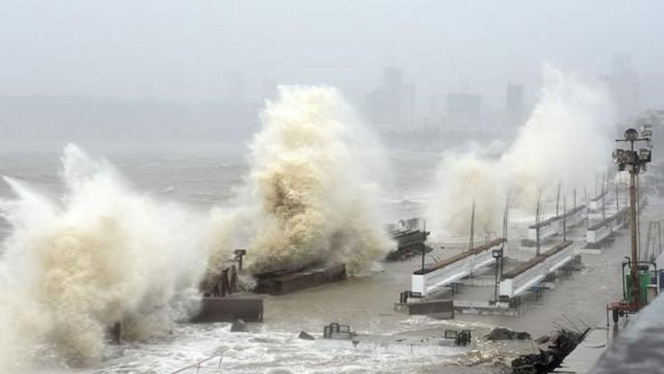 127 personas desaparecidas luego de naufragar su embarcación por ciclón en India