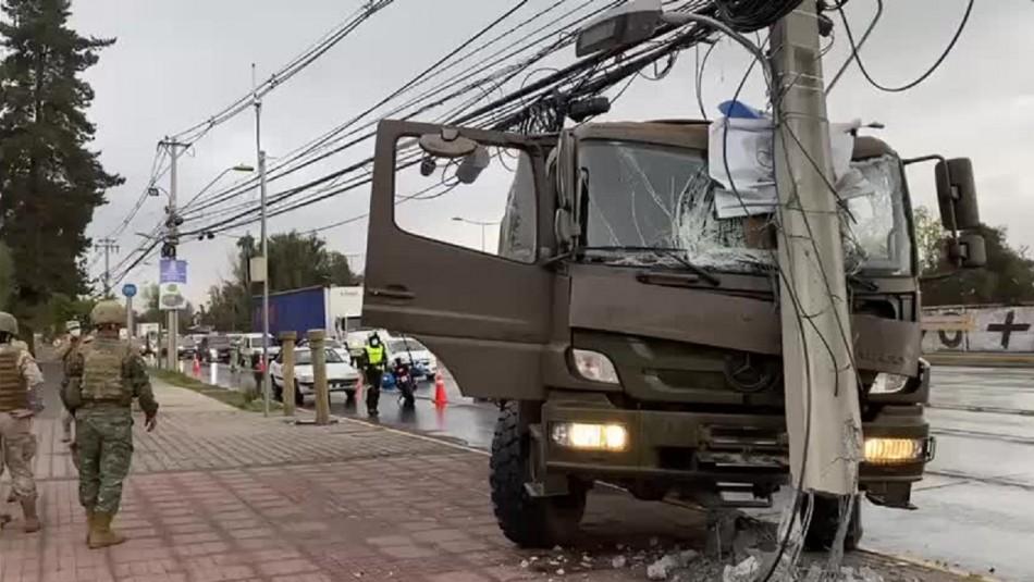 Camión militar choca con poste y deja personas lesionadas en La Pintana