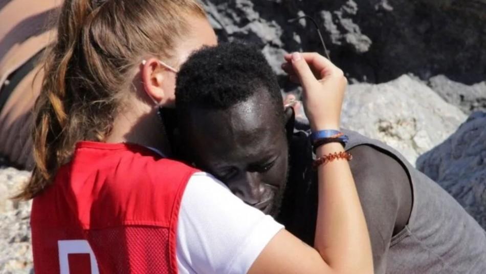 Joven española de la Cruz Roja que abrazó a migrante en una playa recibe insultos y amenazas