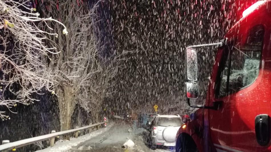 Rescatan a 23 automovilistas atrapados en la nieve Camino a Farellones