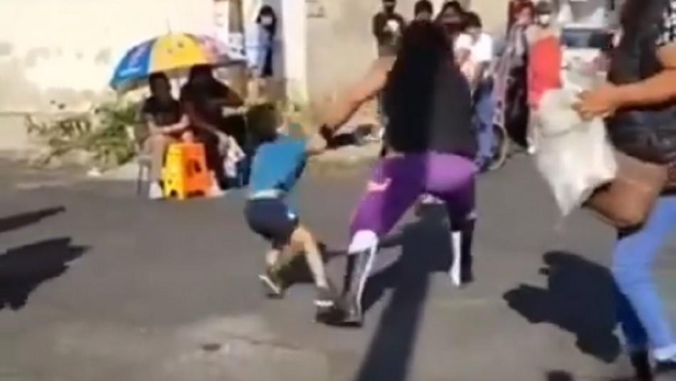 Luchador lanza a niño de 5 años contra el asfalto durante función que termina en trifulca