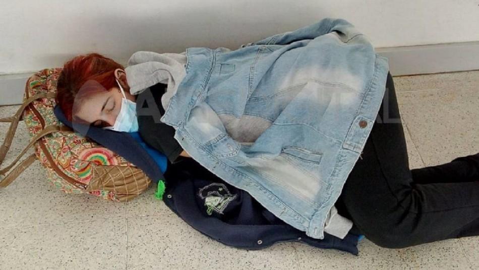 Joven se acostó en el piso de hospital.
