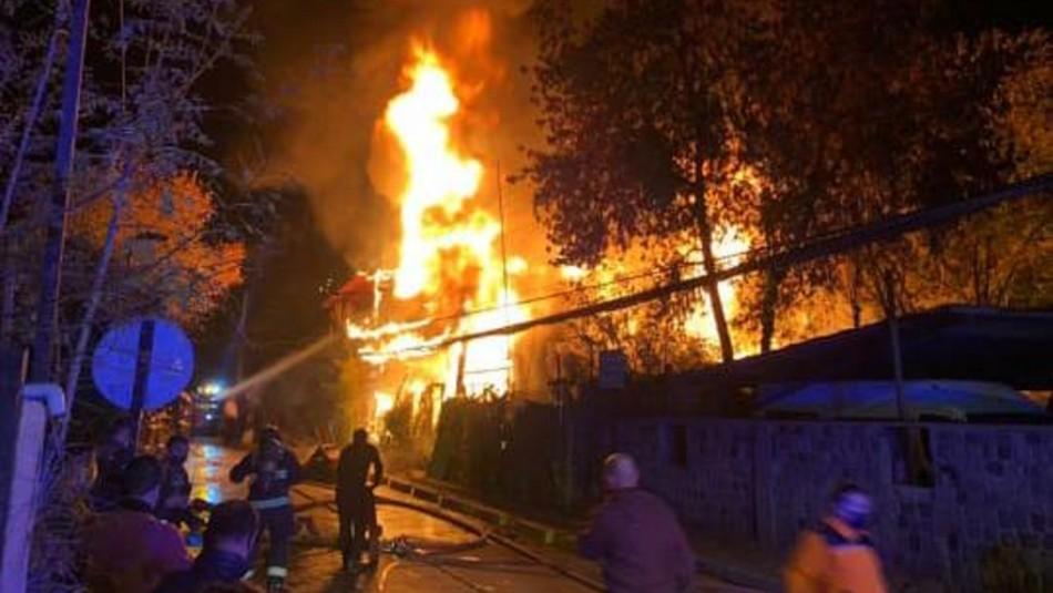 Incendio destruyó cuatro casas en Lo Barnechea: Persona de 64 años falleció en el siniestro