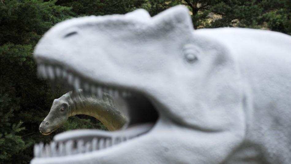 Las tesis sobre la muerte de un hombre atrapado dentro de una estatua de dinosaurio en España