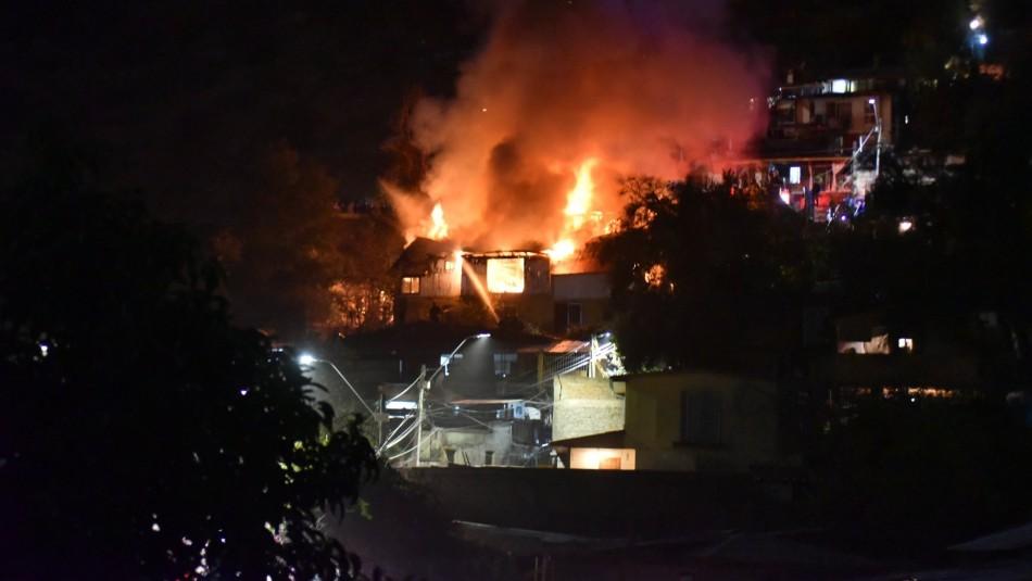 Incendio afecta a viviendas ubicadas en el cerro San Cristóbal