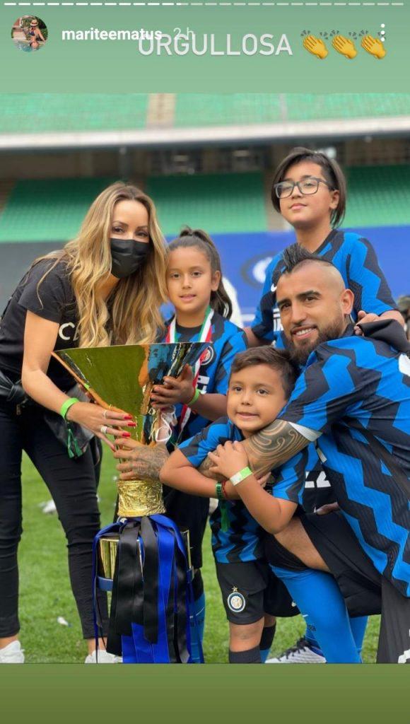 Marité Matus con sus hijos en la celebración de Arturo Vidal