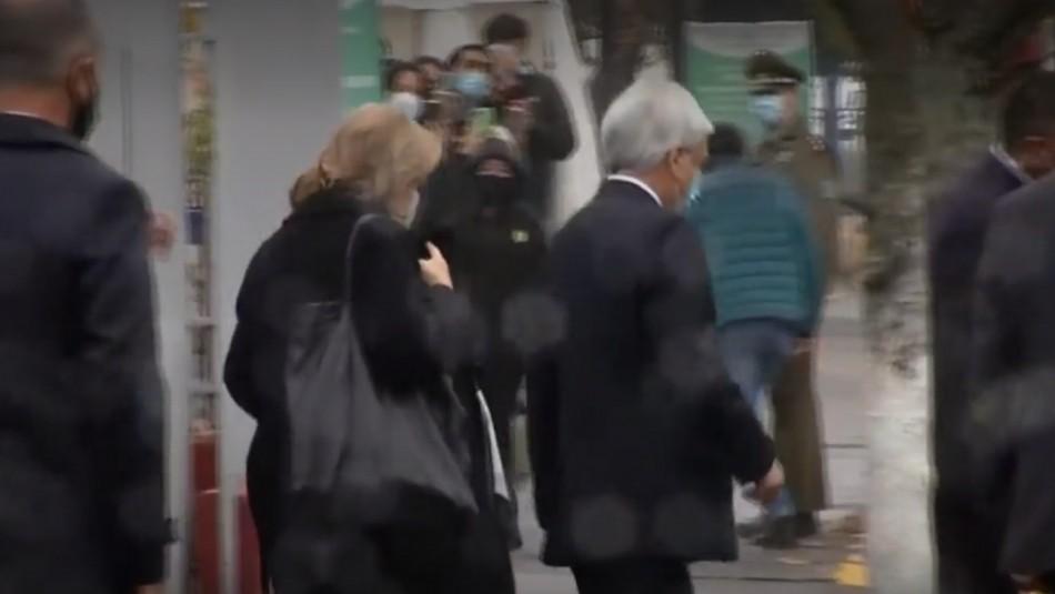 Presidente Piñera debió dejar funeral de Carabinero.