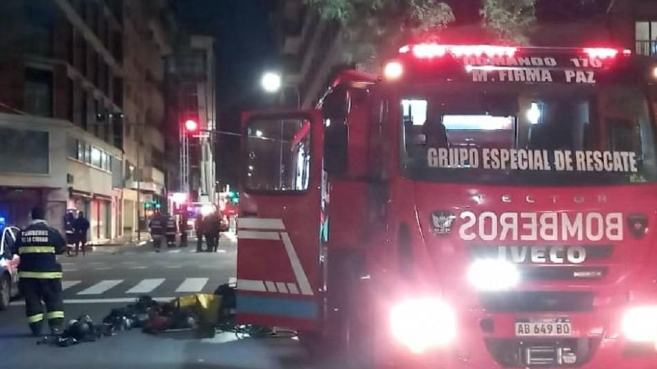 Futbolista con Covid-19 trata de escapar de incendio y queda colgado de la ventana de un piso 11