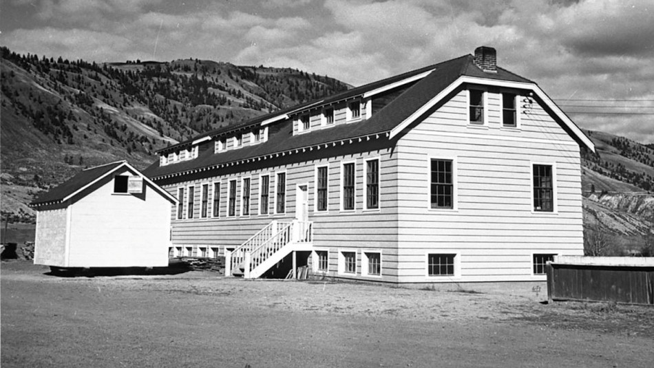 Encuentran restos de 215 niños en el sitio de un antiguo internado en Canadá