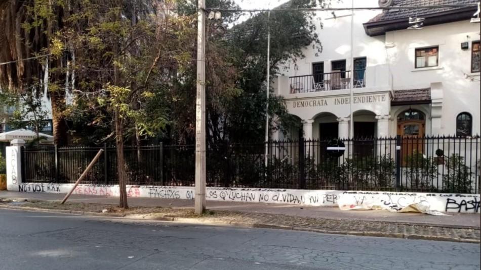Joven que cayó al río Mapocho fue detenido por rayar monumento de Jaime Guzmán