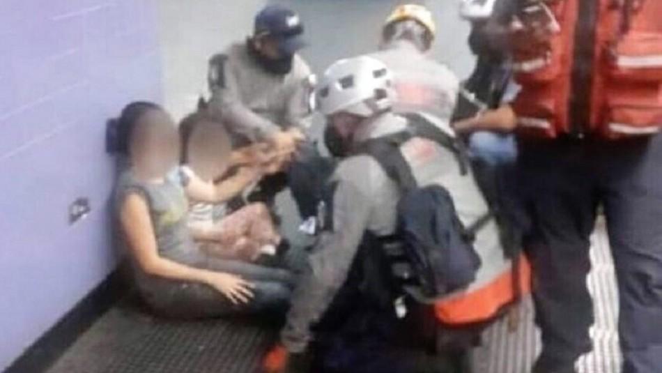 Una madre se resbala y cae en los rieles del metro con su hija de 9 años: operador paró el tren