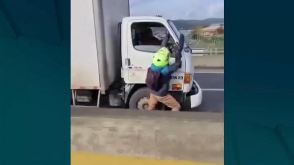 Motorista se cuelga de la puerta de un camión andando tras discusión por choque
