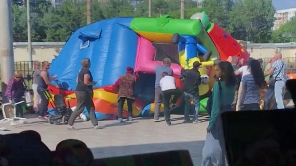 Castillo inflable vuela por los aires y dos niñas luchan por su vida tras caer desde 7 metros