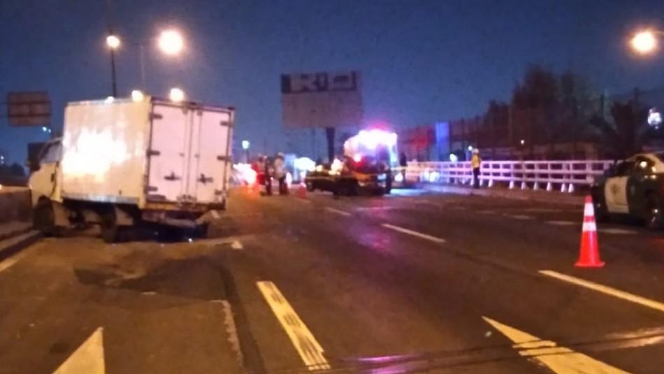 Conductor fallece tras chocar con camión estacionado en plena autopista Vespucio Norte
