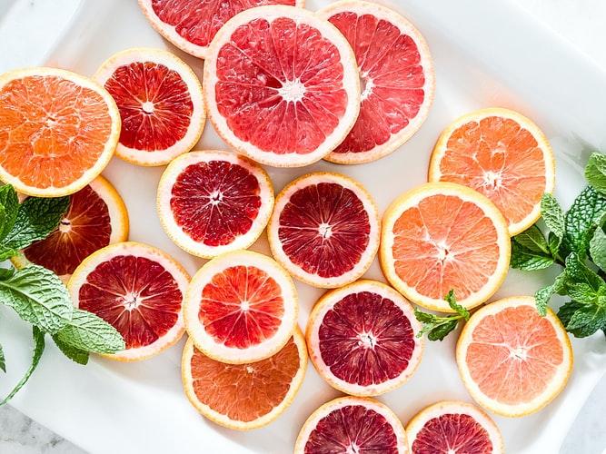 Naranjas, toronjas y naranja roja