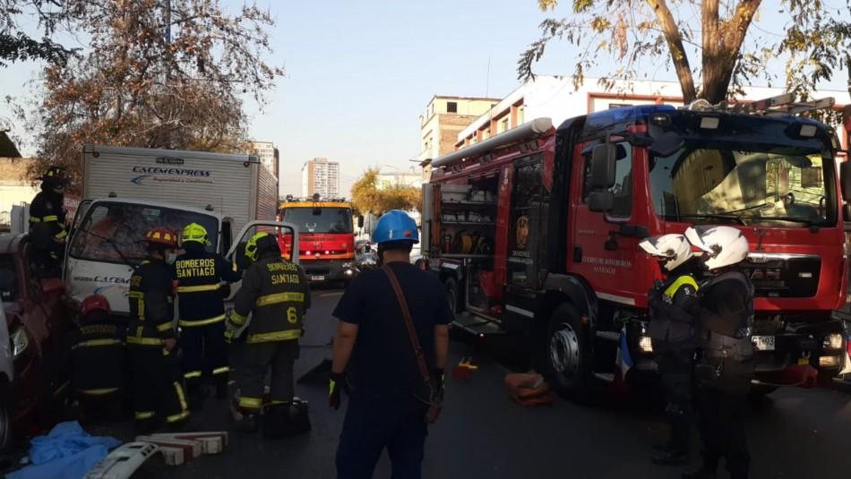 Camión pierde el control y choca a cinco autos en 10 de Julio: Rescatan a persona atrapada
