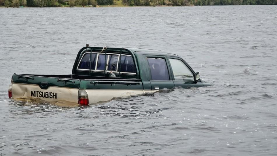 Dos cuerpos encontrados en camioneta sumergida en lago de Chiloé.