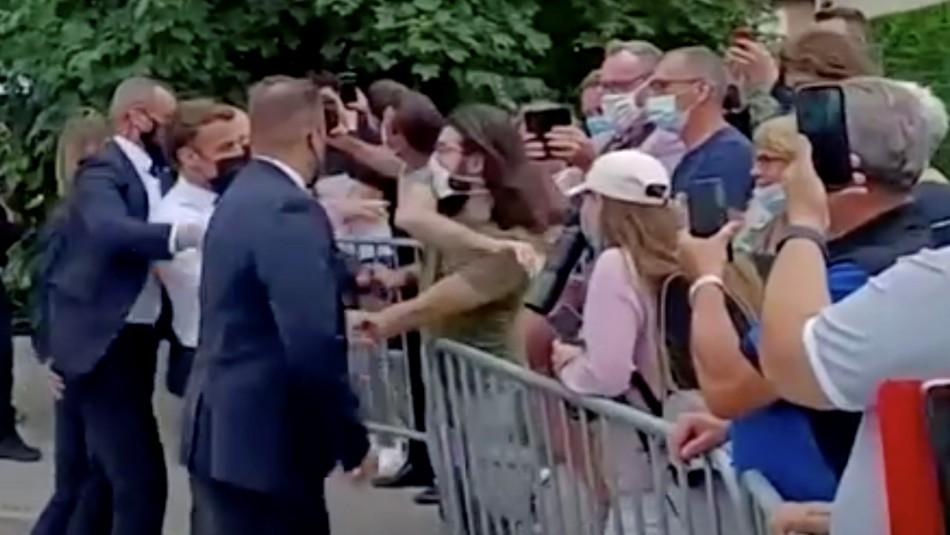 Video registra momento en que hombre da cachetada a presidente de Francia en visita oficial