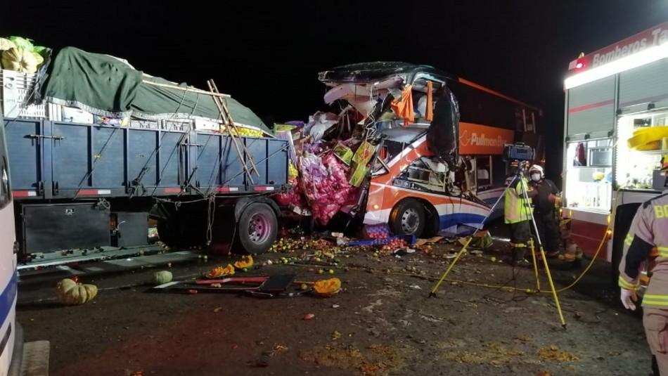 Confirman sexta muerte tras choque entre bus interurbano y camión de verduras en Chañaral