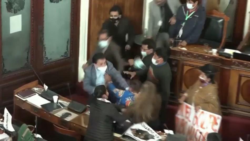 Puñetazos y mechoneos: feroz pelea entre parlamentarios oficialistas y opositores en Bolivia