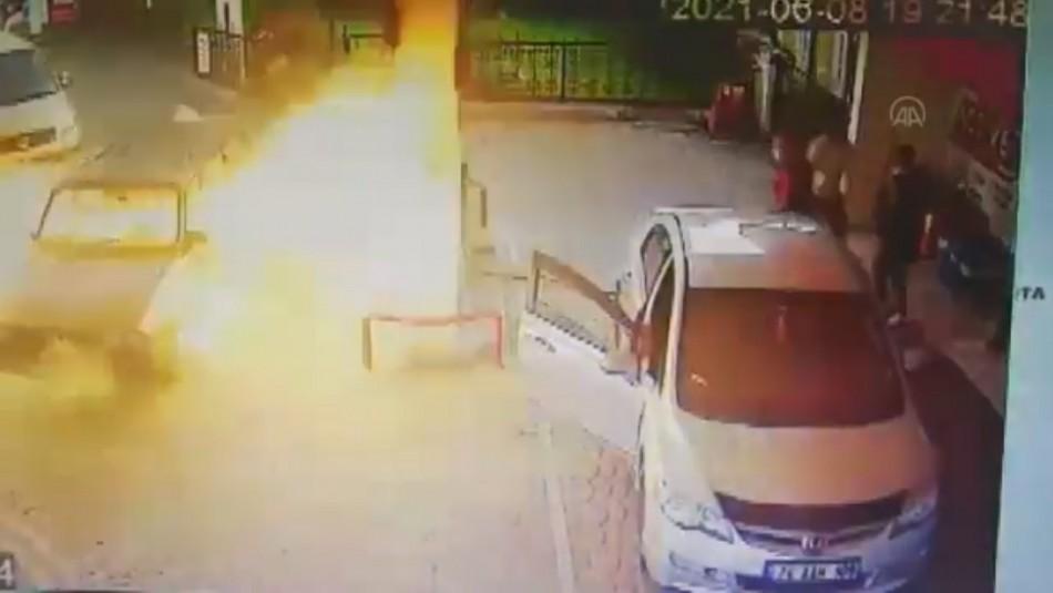 En video: Vehículo explota en estación de servicio con el conductor adentro
