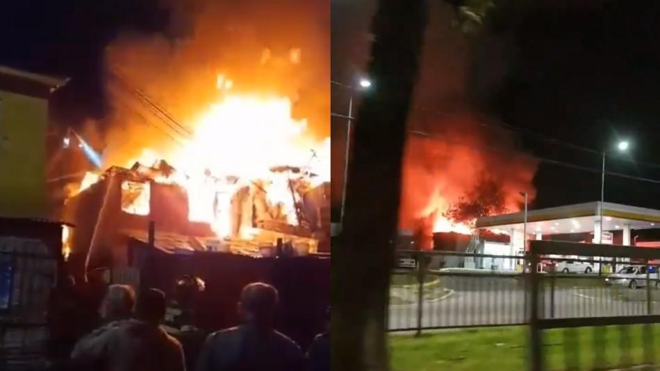Tres bomberos electrocutados y 26 damnificados deja violento incendio en Puente Alto
