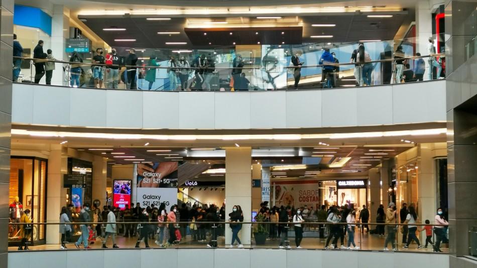 Largas filas se registran en malls previo al inicio de la cuarentena total en la RM