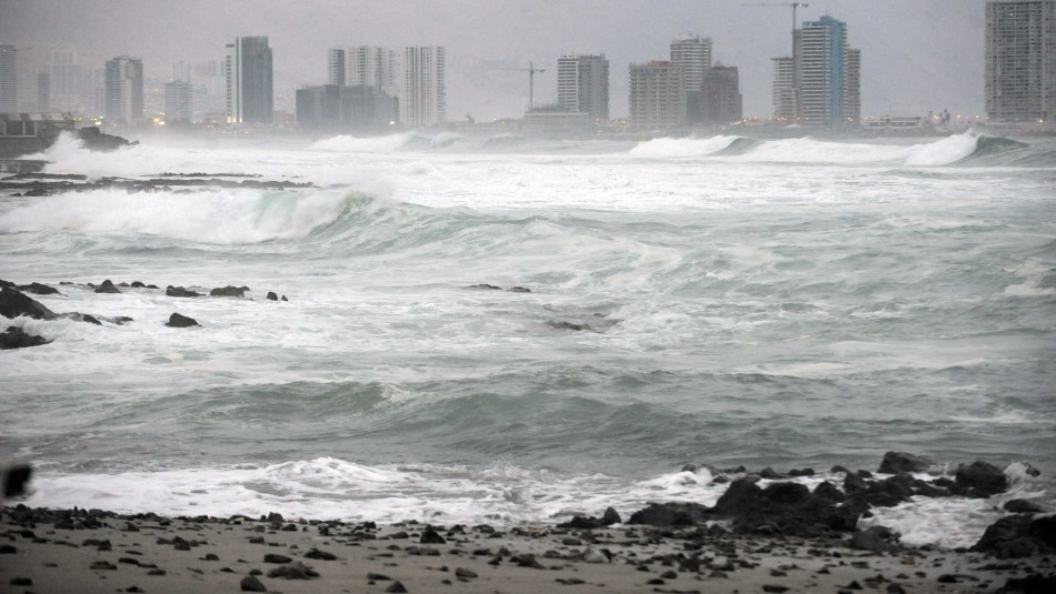 Buscan a hombre arrastrado por marejadas mientras pescaba en Iquique