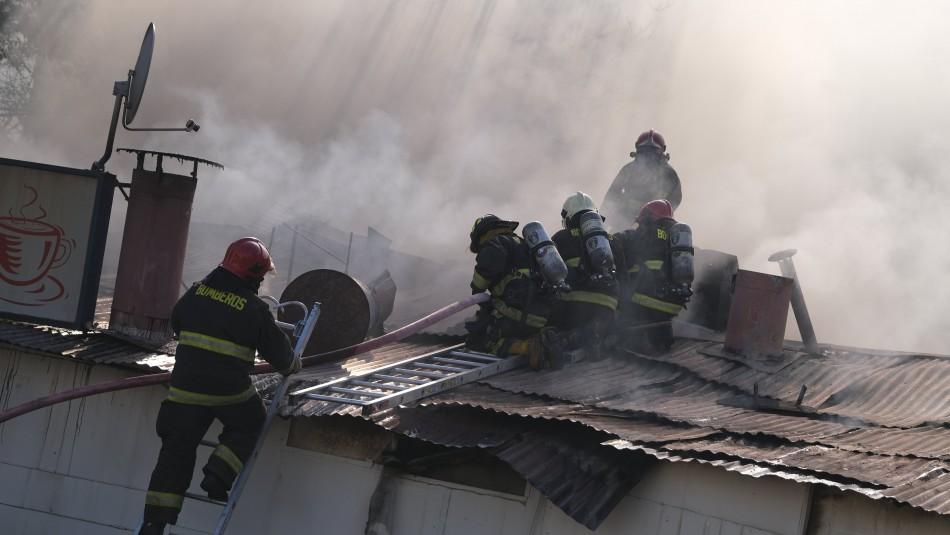 Incendio en las inmediaciones del Hospital Barros Luco: Emergencia se encuentra controlada