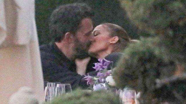 Ben Affleck y Jennifer Lopez dándose un beso