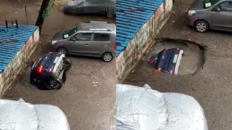 Auto fue tragado por socavón.