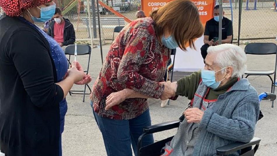 Anciana de 97 años llegó a vacunarse en Puente Alto.