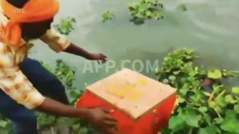 Hallan a bebé flotando al interior de una caja en un río de India