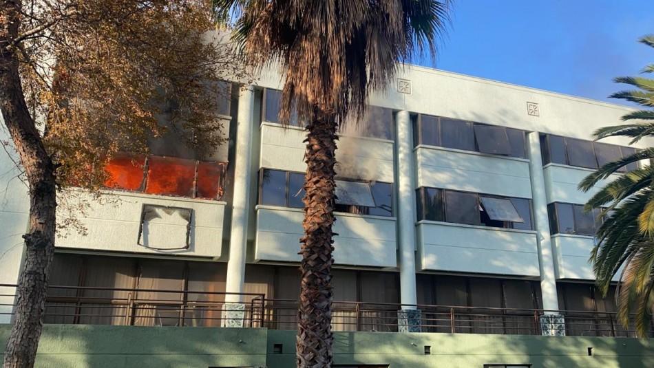 Incendio afectó a inmueble aledaño a la escuela de Carabineros en Providencia