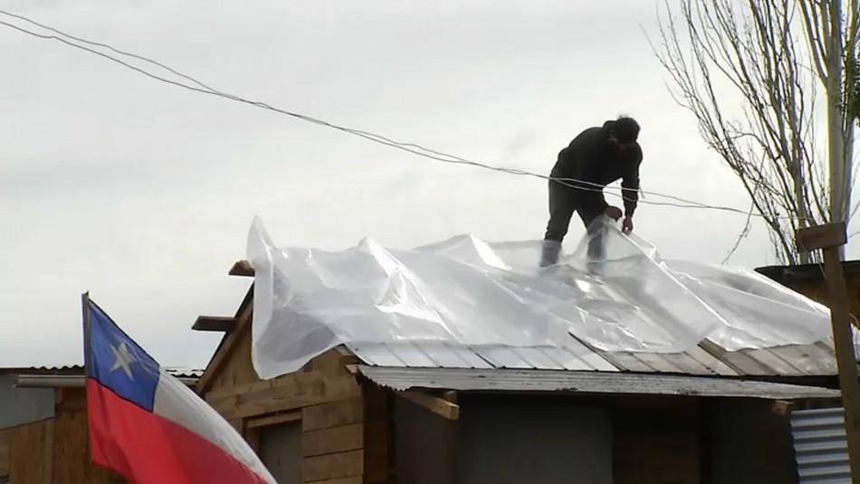 Se resguardan con propaganda política: Personas que viven en campamentos sufren por el invierno