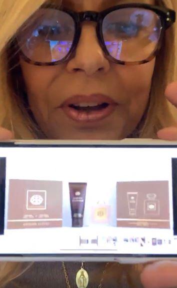 Cecilia Bolocco mostrando las cremas y su perfume