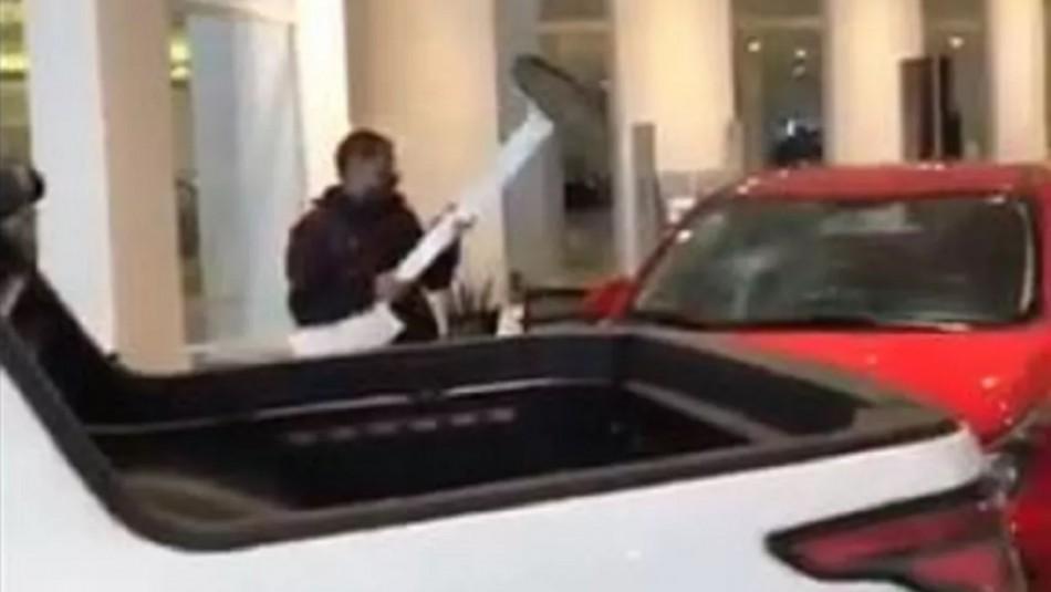 Hombre destruye autos al interior de concesionaria.