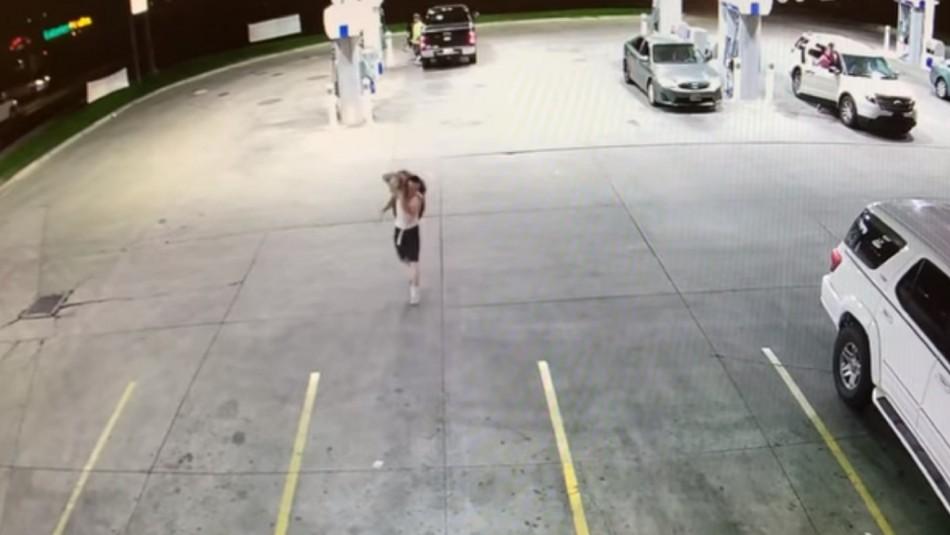 Video capta momento en que hombre secuestra a mujer.