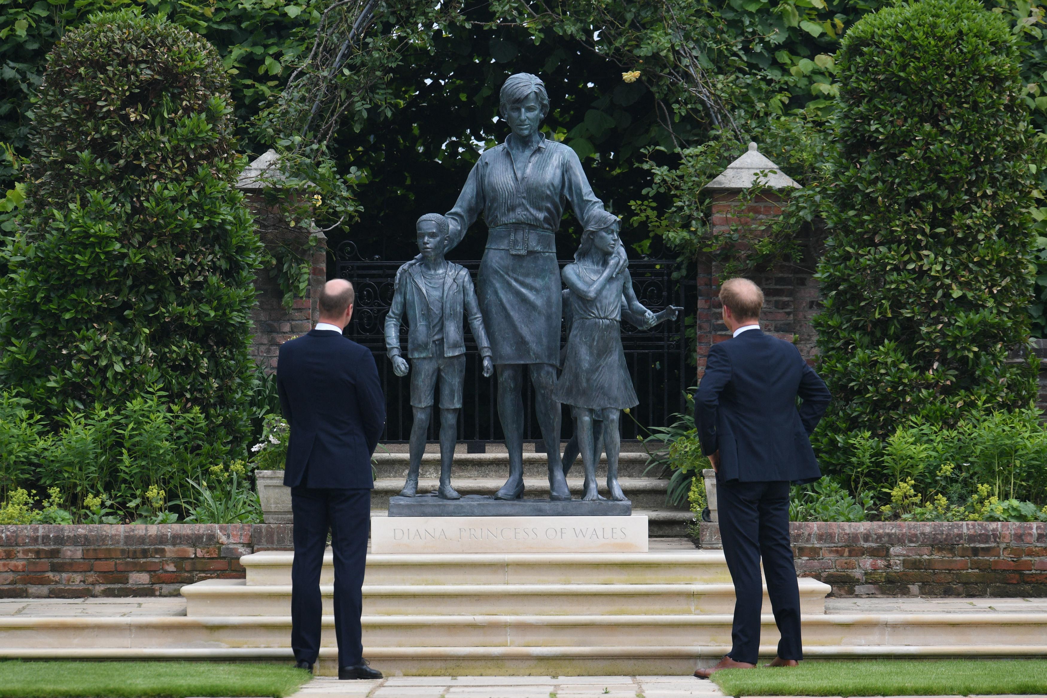 Inauguran la estatua de Diana