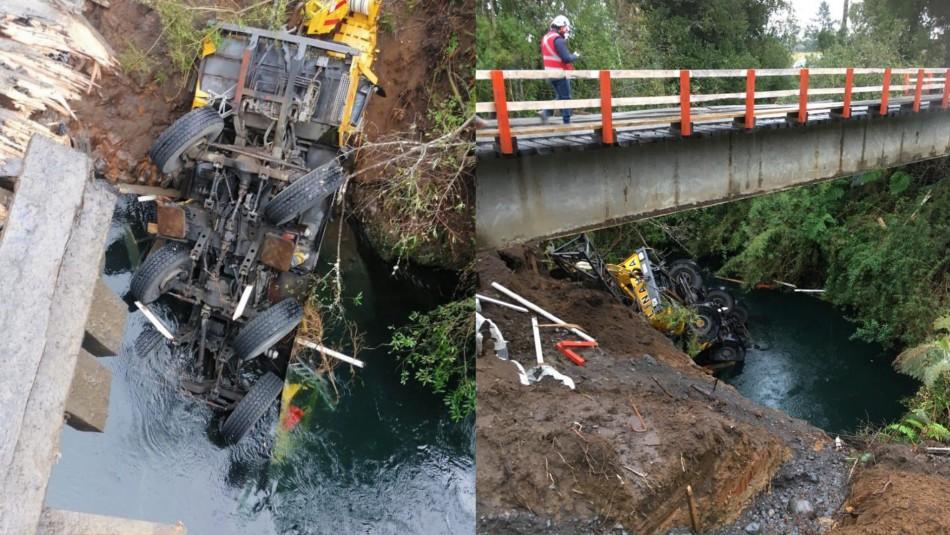 Captan caída de camión grúa desde un puente en Osorno: dos personas logran salir ilesas