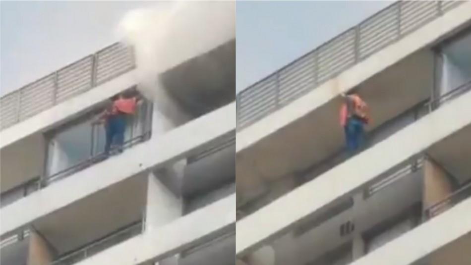 Video muestra peligrosa maniobra de persona escapando de incendio por el balcón de departamento